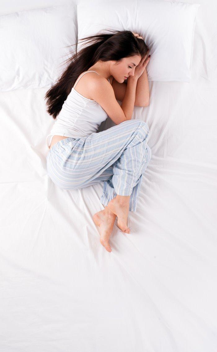 Que significan las posturas al dormir: la posición fetal