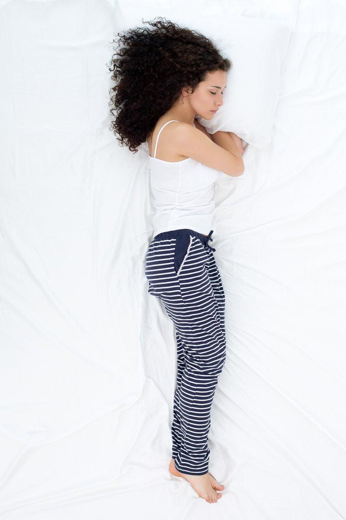 Significado de las posturas al dormir: la posición troncal