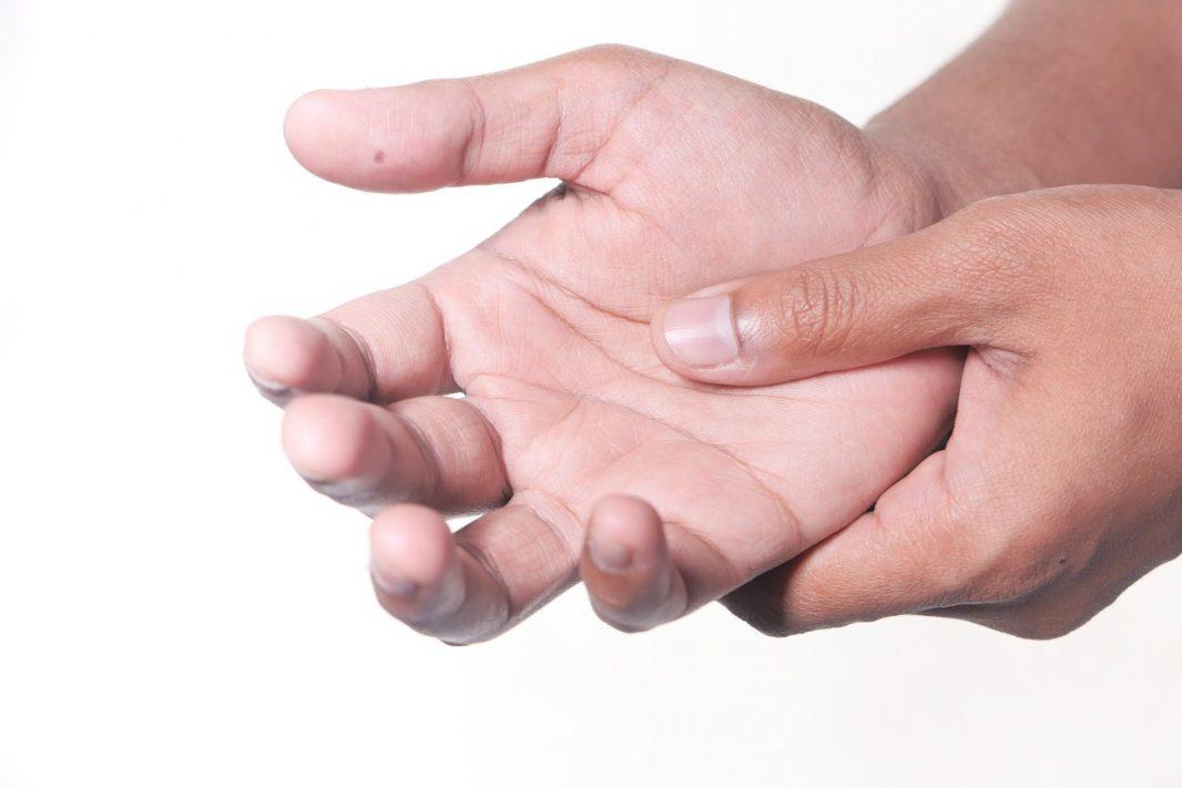 Por qué se duermen las manos al dormir